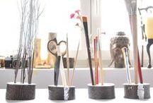 """Podstawki, organizery by Galeria Fleres. / W Galerii Fleres po raz kolei udowadniamy, że bycie """"eko"""" jest łatwe.  Tym razem sięgnęliśmy po drewno śliwy aby stworzyć serię ładnych pomocników biurkowych. Nasza podstawki idealnie nadają się na długopisy, ołówki, pędzle czy pędzę kosmetyczne. Mogą być również wykorzystane jako podstawy dekoracji. Niektóre z nich zostały dodatkowo ozdobiona srebrnym akcentem.  Podstawki posiadają otwory o średnicy 10 mm i głębokości 21 mm. Drewno zostało zabezpieczone lakierem."""