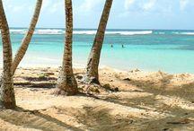 Guadeloupe / La Guadeloupe est à la fois une région monodépartementale de l'Outre-mer français et une région ultrapériphérique européenne, située dans les Caraïbes ; « 971 ».
