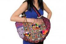 Sacs ethniques Banjaras / Les Banjaras ou gypsies sont des nomades du Rajasthan et du Gujarat dans le Nord ouest de l'Inde. On reconnait les femmes de cette communauté à leurs vêtements hyper colorés ornés de miroirs et leurs nombreux bijoux en argent massif! Ce sont elles qui confectionnent de magnifiques broderies qu'elles utilisent pour créer des sacs uniques!