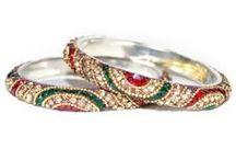 Bracelets Indiens / Les bracelets, en Inde se portent en général à plusieurs. On en trouve de différentes matières et de différentes qualités! En verre, en plastique ou en simple métal, il y en a pour tous les goûts... Merabarata est spécialisé dans les bracelets indiens du Rajasthan. Les bracelets de cet état situé dans le Nord Ouest de l'Inde sont exceptionnels de par leur beauté et leur très bonne qualité (ils ne se cassent pas) et uniques. On ne les trouve nulle part ailleurs en Inde. Découvrez-les en images!