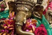 Dieux hindous / L'Inde est le berceau de la religion hindoue. Cette religion polythéiste compte des centaines voir des milliers de divinités. Les plus connus et les plus vénérés sont Ganesh, Shiva, Krishna, Vishnu. Chacun occupe une certaine place et joue un rôle particulier dans le panthéon hindou. Ganesh, par exemple est le dieu de la chance et de la sagesse, il aide aussi à vaincre les obstacles de la vie.