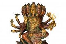 Déesses Hindoues / Les divinités masculines sont très importantes en Inde mais les déesses le sont tout autant! La déesse Lakshmi, par exemple, déesse de la fortune et de la beauté et épouse de Vishnou, représentée la plupart du temps sur un lotus est vénérée partout en Inde. Découvrez-les en images!