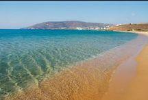 Παραλίες Άνδρου / H Άνδρος με τη μεγάλη ναυτική παράδοση είναι το βορειότερο νησί των Kυκλάδων και δεύτερο σε έκταση μετά τη Nάξο. Yπέροχες αμμουδερές παραλίες αλλά και βραχώδεις ακτές, οροσειρές που εναλλάσσονται με εύφορες πεδινές εκτάσεις, πλούσια βλάστηση και άφθονα τρεχούμενα νερά, μονοπάτια και χαρακτηριστικές ξερολιθιές συνθέτουν το φυσικό περιβάλλον του νησιού.