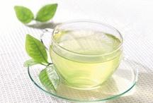 Piramide Groene thee / Op dit bord zijn onze biologische groene theeën te vinden. Groene thee staat dicht bij de natuur. Het wordt niet gefermenteerd waardoor deze veel anti-oxidanten bevat. Deze zorgen voor een goede gezondheid. Groene thee heeft een karakteristieke mild bittere afdronk en is vriendelijk voor de maag!