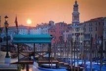 """Unterwegs in Europa / Mallorca, Cala Figuera, Spanien. Ein Foto voller Ruhe: Friedlich liegen die Boote im kleinen Hafen, die Sonne strahlt den Betrachter förmlich an. Die Aufnahme lebt aber auch von den strahlenden Farben. Keine Lust auf Bildbearbeitung? Viele Kameras bieten in den Einstellungen verschiedene Farbstile an. Für den Urlaub fast immer richtig: """"Lebhaft"""" oder """"Brillant"""".  Fototipps Sommerreise (Reisefotografie): Unterwegs in Europa: http://blog.foto.at/fototipps-sommerreise-reisefotografie/"""