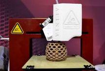 """Impresoras 3d / Una impresora 3D' es una máquina capaz de realizar """"impresiones"""" de diseños en 3D, creando piezas o maquetas volumétricas a partir de un diseño hecho por ordenador. Surgen con la idea de convertir archivos de 2D en prototipos reales o 3D.                                                  Mari Carmen Gómez"""