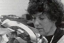 Feliza Bursztyn / Artista visual Feliza Bursztyn fue una artista y escultora colombiana. Utilizó la chatarra de hierro y los desperdicios de acero inoxidable para realizar composiciones en diferentes escalas. Fecha de nacimiento: 8 de septiembre de 1933, Bogotá, Colombia Fecha de la muerte: 8 de enero de 1982, París, Francia Educación: Académie de la Grande Chaumière
