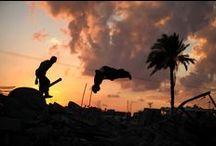 Jóvenes practican Parkour sobre ruinas de Gaza / jóvenes palestinos, de entre 12 y 23 años, se entretienen saltando sobre lo que queda de los muros, haciendo reversos, 'demi tours', 'gatos' o pasavallas en las ruinas a las afueras de la población de Khan Yunis, al sur de la franja de Gaza, Palestina.