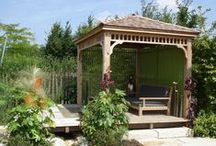 Japanse tuin met koivijver / bouwwerken in een japanse tuin met een koi vijver