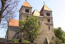 Történelmi  stílus-román / Román stílusnak, illetve romanikának nevezzük az európai országok 11. és 12. századi műalkotásainak együttesét, a 13. század elejéig tartott. A román stílusú építészet legmeghatározóbb elemei a templomok és kolostorok, megjelenésük a harcos egyház, a belviszályoktól és külső fenyegetésektől gyötört kereszténység jegyeit tükrözi: zömök formák, vastag falak, lőrésszerű ablakok. A stílusjegyek a korai keresztény, valamint a karoling építészetet ötvözik.