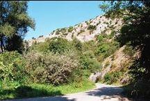 Kirándulóhelyek Magyarországon: Upponyi-szoros / A Bán patak völgyében található Upponyi-szoros szurdoka a Lázbérci tájvédelmi körzet egyik legjelentősebb értéke. A meredek sziklafalak, kőfülkék, törmeléklejtők és jellegzetes kőgomba képződmények különleges látványt biztosítanak.