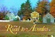 Filmsorozat: Váratlan utazás (Road to Avonlea) / A Váratlan utazás egy kanadai televíziós filmsorozat, amelyet 1989 és 1996 között forgattak. 7 évadból és 91 részből valamint egy önálló karácsonyi epizódból állt. A cselekmény fő része a Prince Edward-szigeten játszódik 1903 és 1912 között, bár a konkrét helyszín, Avonlea városkája csupán fikció. A sorozat egy a városba érkező kislány, Sara Stanley kalandjain keresztül bemutatja a XX. század elején élő avonleai lakosok gondjait, örömeit, életmódját.
