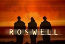 Filmsorozat: Roswell / 1999-2001 Amerikai sci-fi sorozat (61 részes)  A tévésorozat hátteréül a roswelli UFO-baleset szolgál, mely szerint ötven évvel ezelőtt valóban egy űrhajó zuhant le Roswell közelében és három idegen túl is élte a balesetet.  Max, Isabel és Michael 1986-ban tíz évesen bújnak elő azokból az inkubátorokból, amelyekben az UFO baleset óta nevelkedtek. Az idegenek tinédzserekké cseperednek és a szüleik és az egész világ előtt titkolják nem evilági származásukat valamint különleges képességeiket.