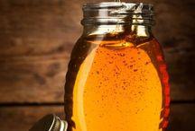 Bier og Honning / For at lave 0,5 ltr honning skal 1.150 bier flyve 180.000 km og besøge 4,5 millioner blomster ...