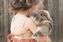 Enfants - Accompagne nos souvenirs /  Eh oui ! Nous avons grandi avec eux, présents dans notre passé, acteurs de nos souvenirs !   #Animal #Pets #Enfant #Enfance #Souvenir - animaleco.com
