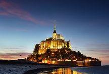 Mont-St-Michel, Normandy - France / Le Mont-Saint-Michel Normandian kokatuta dago, granitozko itsasgorako uharte bat da. Couesnon ibaiaren estuarioan dagoen muino harritsu bat da. Lur lehorretik itsasorantz kilometro batera barneratzen da. Kokaleku hau Avranchesetik gertu gelditzen da. Bere izena, bertako Saint Michel goiaingeruari sagaratua dagoen abadiari zor dio