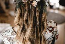 Brautfrisur Boho Blumenkranz / Die schönsten geflochtenen oder hochgesteckten Boho Hochzeitsfrisuren mit Blumenkranz.