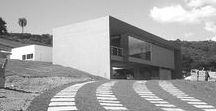 Residência Bragança Paulista / Moderna, construída para receber amigos. Blocos de usos bem determinados, com a mínima intervenção na topografia natural. Tudo faz frente e está organizado a partir de uma central área de lazer.
