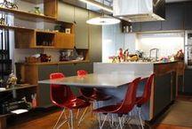 Apartamento Klabin / ODVO e mínima | Um apartamento com ar de casa, com muito espaço e conforto para receber os amigos. Este duplex dos anos 1980 foi amplamente aberto e integrado, preservando harmoniosamente a convivência entre os elementos originais e os novos.