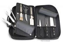 Mallette, trousse, sac à dos / Mallettes, trousses et sacs à dos garnis des indispensables en cuisine. Compositions coutellerie et ustensiles.