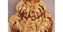Каравай свадебный / Свадебный каравай - это праздничный круглый хлеб. Существует два вида свадебного каравая: - это украшенный плетеными косичками из теста пшеничный хлеб и каравай из ржаной муки. Оба этих свадебных каравая призваны украсить торжество и являются атрибутом свадебных обрядов.  Свадебный каравай издревле считается символом будущего семейного счастья.