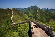 La Grande Muraglia / La più grande opera dell'uomo ora patrimonio dell'umanità. Ben 8851,8 km di estensione, costruita in un secolo circa duemila anni fa.