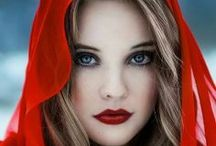 Woman in Red / Donne Rosso Fuoco