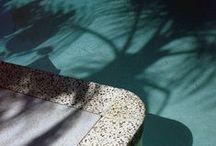 au bord de la piscine