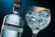 The perfect Gin tonic by The London Nº1 / 1. Llenar copa highball con hielo. 2. Remover el hielo con suavidad para enfriar la copa. 3. Añadir The London Nº1 4. 4 medidas de tónica por cada medida de ginebra 5. Echa la tónica lentamente, así las burbujas mantendrán toda su fuerza. 6. Perfuma la copa con un twitst de cáscara de lima. 7. Corta una fina tira de piel de limón, sin la parte blanca de la corteza y colócala en la copa. 8. Enjoy ;)