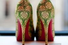 La chaussure ~ La shoes / Une femme porte ses vêtements. Mais la chaussure porte la femme