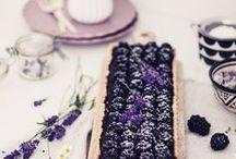 Rezepte: Beeren || Berry recipes / Beeren machen sich immer gut, ob als Torte, im Blechkuchen, als Eis oder zur Verzierung auf dem Törtchen. Mit Beeren kann man Chunteys herstellen, Marmelade kochen, Smoothies verzaubern und backen. Wer es herzhaft mag verwendet Sie bei Salaten und Dressings. Hier findet ihr alle Rezepte zum Kochen und Backen mit Beeren. Willkommen in der Welt der Erdbeeren, Himbeeren, Blaubeeren, Preiselbeeren und Co.