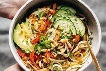 Rezepte: Asiatische Küche || Asian Recipes / Bei asiatischen Gerichten denke ich immer zuerst an Kokosmilch, Glasnudeln, Erdnüssen und süß -sauer. Die asiatische Küche ist aber so vielseitig, dass ich gar nicht aufzählen kann wie viel verschiedene asiatische Gewürze und Rezepte es gibt. Kommt mit mir auf kulinarische Entdeckungsreise nach China, Korea, Thailand, Japan, Vietnam und vielen weiteren Ländern auf der Suche nach bunten und vielfältigen Rezepten.