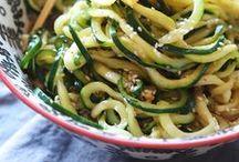 Gemüsenudeln - Die low carb Nudel-Alternative / Pasta ist sooo lecker, vor allem, wenn sie kaum Kohlenhydrate hat. Holt den Spiralschäler raus, jetzt kommen Zoodles, Süßkartoffeln, Karotten & Co. auf den Tisch