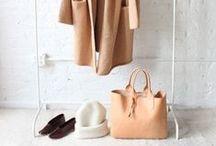 """Minimalistische Mode / Was ziehe ich bloß an? Diese Frage spart man sich mit dem """"Capsule Wardrobe"""" Prinzip, dem minimalistischen Kleiderschrank. Der besteht nämlich nur aus 37 Kleidungsstücken, die sich perfekt für alle Anlässe kombinieren lassen."""