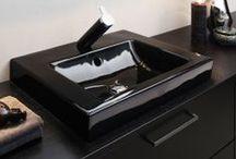Artic Black Edition / Har du alltid drömt om ett helsvart badrum? Vi också! När Philips skulle lansera den exklusiva tanborsten DiamondClean Black i en helsvart badrumsmiljö kontaktade de Gustavsberg. Formgivaren Jon Eliason fick uppdraget och detta blev resultatet. Ett helsvart, lyxigt badrum med svart badrumsporslin från serien Artic.