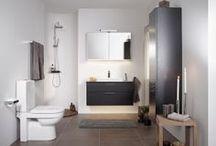 Artic badrumsserie / Raka linjer och räta vinklar kännetecknar vår serie Artic och ger den en modern känsla. Passar lika bra i en ny miljö som i en äldre. De rena formerna och släta ytorna är inte bara för ögats skull utan gör även produkterna lättstädade och hygieniska. Möblerna finns i flera olika storlekar och utföranden. Välj mellan färgerna Black Oak, Natural Oak och Matte White.