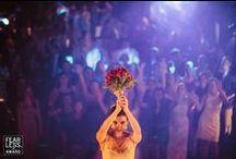 Le lancer du bouquet / Bride's bouquet toss / Photos figeant le lancer du bouquet de la mariée