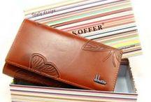 Dámské peněženky / Prodej dámských peněženek za výhodné ceny. Peněženky dámské jsou vyrobeny z různých materiálů, převážně z pravé kůže nebo z umělé kůže. Dámské peněženky jsou vhodné pro každodenní i nevšední použití. Dámské peněženky nabízíme velké i malé, se zapáním na cvok nebo zip. Peněženky dámské nabízíme v různých barevných kombinacích. Kromě červených dámských peněženek a černých peněženek nabízíme také netradiční barvy jako bílá, fialová, meruňková nebo modrá a další.
