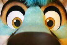 """Furry / The furry fandom is a subculture interested in fictional anthropomorphic animal characters with human personalities and characteristics. Furry fandom je """"fandom"""", který se zabývá antropomorfními zvířecími postavami. Tyto postavy mají lidskou osobnost a další lidem podobné vlastnosti. Příkladem takových vlastností jsou lidská inteligence a obličejové výrazy, schopnost mluvit, chodit po dvou a nosit oblečení. Furry fandom tvoří komunita lidí, kteří se schází na internetu nebo na Furry srazech."""