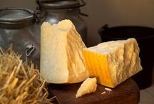 Il Re dei Formaggi/The king of cheeses / Con 9 secoli di storia alle spalle, il Parmigiano Reggiano è combinazione tra natura, arte e tempo. Un prodotto del tutto naturale ottenuto da latte crudo e senza l'uso di additivi, destinato a una stagionatura minima di 12 mesi.