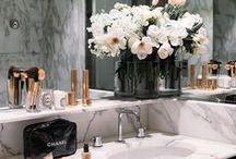 Penteadeiras & banheiros / Inspirações para organizar sua bancada de maquiagens e decorar a casa.