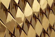 Goudkoorts • Morres / Glinsterende afwerkingen, fonkelende details, glanzende stoffen: metallic is al een paar jaar populair in interieurs. Dit jaar spotten we een heuse renaissance van goud: goud accentueert meubels, omlijst spiegels en foto's, behangt muren, decoreert lampen en is verweven in textiel. Neemt goud de kroon over van koper?