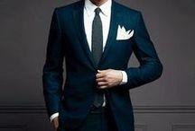 Miesten puvut / Mistä on upeat miesten puvut tehty? No, hyvistä ja kestävistä materialeista sekä mahtavasta kokonaisuudesta. Kun puet puvun päällesi, muista kokonaisuus. Kaiken on mätsättävä keskenään. Toki myös istuvuus vaikuttaa miesten pukujen näyttävyyteen merkittävästi. Kerää täältä vinkit talteen!