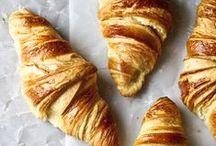 Выпечка. Croissant. Éclairs . Macaroons,