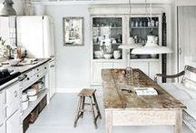 white & rustic kitchens  / Lichte, landelijke keukens met een vleugje brocante.