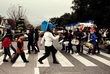 Carnevale E-Vai! 2013 / Lunedì 11 febbraio si è tenuta la prima parata di Carnevale del Laboratorio delle Arti del Progetto E-Vai! che fa capo all'Associazione Maestri di Strada, nel territorio di Barra, San Giovanni e Ponticelli, che nei mesi passati aveva visto la morte di 4 giovani ragazzi del territorio. La parata è stata il primo evento cittadino attraverso il quale il lavoro dei diversi laboratori ha potuto confluire in un unico prodotto artistico.