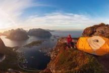 Sommer in Norwegen / Baden in kristallklaren Fjorden oder sich neben tosenden Wasserfällen erfrischen. Angler finden fischreiche Gewässer, Wanderer unberührte Gebirgslandschaften – dank der Mitternachtssonne sogar rund um die Uhr. In den pulsierenden Städten und malerischen Dörfern wird auch Kultur- und Architekturfans so schnell nicht langweilig.