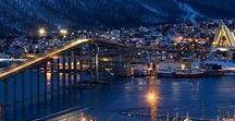 """Tromsø - das Tor zur Arktis / Die Nordnorweger nennen die Universitätsstadt im hohen Norden Norwegens (72.000 Einwohner) ob der hohen Kneipen- und Cafédichte liebevoll """"Das Paris des Nordens"""". Umgeben von fantastischer Natur mit Bergen, Fjorden und wunderschönen Inseln werden Tromsøs Besucher im Winter oftmals mit Nordlicht belohnt. Und können sich auf einer Hundeschlittentour auspowern oder einfach entspannt im Hot Tub die verschneite Landschaft ringsum geniessen und dabei den Sternenhimmel betrachten."""
