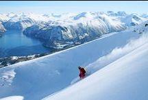 Winter in Norwegen / Wenn sich der Schneeteppich im November auf das Land legt, wirkt Norwegen förmlich verzaubert und lädt zu unterschiedlichsten Aktivitäten in Norwegens Bergwelt ein. Abfahrts- oder Langlaufski, Schneeschuhwandern, Hundeschlittentour - oder einfach gemütlich bei Kerzenschein in der Hütte sitzen.