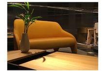 Sofa Sonia D / El sofá Sonia D es una pieza compacta de dos plazas, líneas claras, curvas elegantes y colores intensos en dos tonos diferentes. Forma parte de la línea de diseño de mobiliario encargada por ECUS Sleep que también comprenderá sofás-camas, sofás de tres plazas y una butaca.